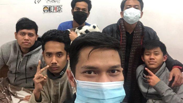 Alfi Rian Tamara (paling depan) mahasiswa asal Aceh bersama rekan-rekannya terisolasi di dalam asrama kampus di Central China Normal University Kota Wuhan, Jumat (24/1/2020) malam. Kota Wuhan, tempat virus corona berasal, telah ditutup untuk menghindari meluasnya virus mematikan tersebut.