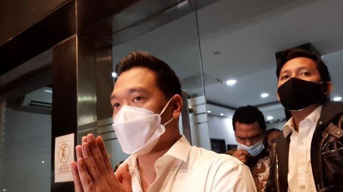 Michael Yukinobu De Fretes saat menyampaikan permohonan maaf usai menjalani pemeriksaan di Direktorat Reserse Kriminal Khusus Polda Metro Jaya.