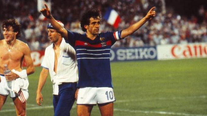 Michel Platini merayakan kemenangan Prancis di Piala Eropa.