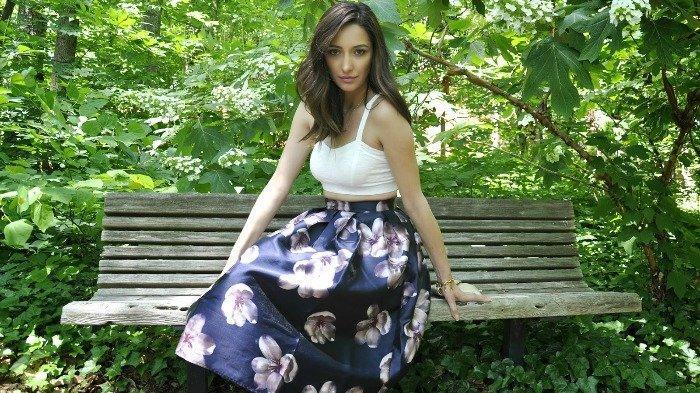 4 Mix and Match Midi Skirt Ini Bikin Traveling Makin Stylish