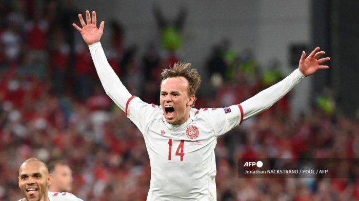 Pemain depan Denmark Mikkel Damsgaard merayakan setelah mencetak gol pertama timnya selama pertandingan sepak bola Grup B UEFA EURO 2020 antara Rusia dan Denmark di Stadion Parken di Kopenhagen pada 21 Juni 2021.