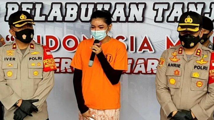 Millen Cyrus dalam rilis yang digelar di Polres Pelabuhan Tanjung Priok, Jakarta Utara, Senin (24/11/2020). Keponakan penyanyi Ashanty tersebut diamankan pihak kepolisian terkait kasus dugaan kepemilikan dan penyalahgunaan narkoba jenis sabu-sabu. (Warta Kota/Arie Puji Waluyo)
