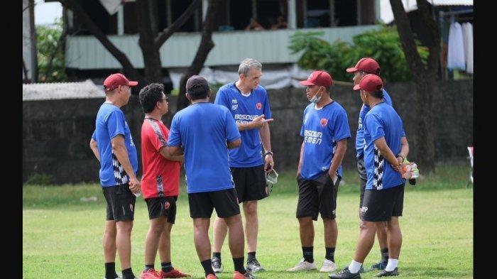 Milomir Selsija bersama jajaran pelatih PSM Makassar