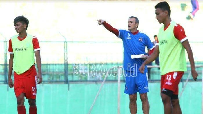 Milomir Seslija memberikan instruksi pada pemain dalam latihan Arema FC di Stadion Kanjuruhan Malang, Kamis (20/6/2019).