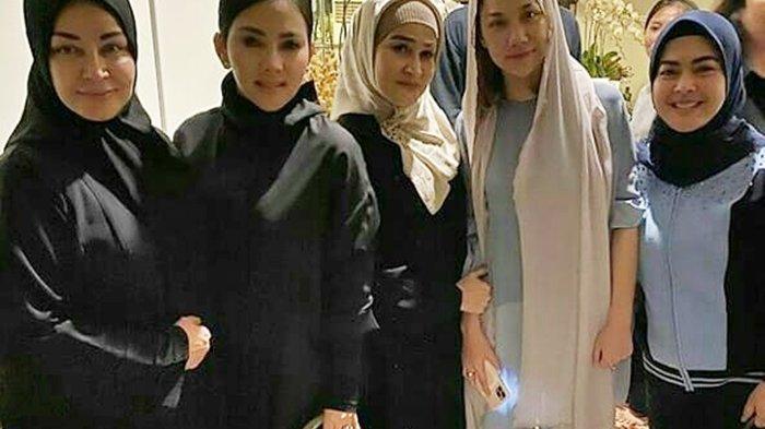 Foto-foto Para Selebritis Kuatkan Bunga Citra Lestari, Dari Syahrini hingga Juri Indonesian Idol