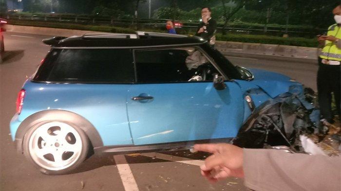 Mini Cooper Tabrak Separator di Senayan