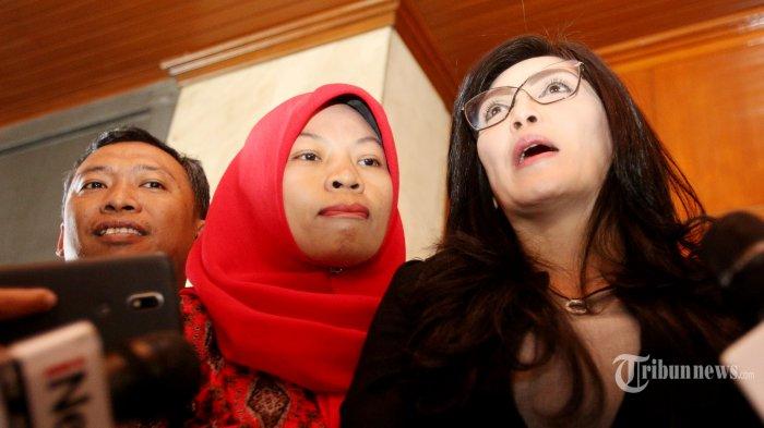 Anggota DPR RI Fraksi PDIP, Rieke Diah Pitaloka (kanan) bersama terpidana kasus pelanggaran Undang-Undang Informasi dan Transaksi Elektronik (UU ITE), Baiq Nuril Maknun (tengah) menjawab pertanyaan awak media seusai melakukan pertemuan dengan Jaksa Agung, HM Prasetyo di Kantor Kejaksaan Agung, Jakarta Selatan, Jumat (12/7/2019). Dalam pertemuan tersebut, Rieke Diah Pitaloka dan Baiq Nuril menyerahkan 132 surat permohonan dari sejumlah pihak untuk penangguhan eksekusi terhadap Baiq Nuril. Tribunnews/Jeprima