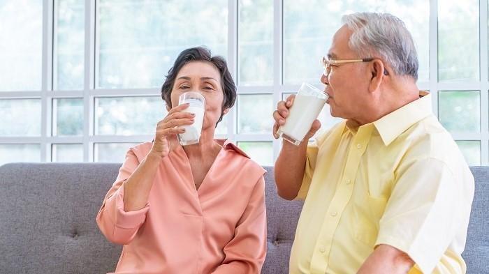Minuman tinggi protein seperti susu untuk lansia dapat membantu mencegah sarkopenia.