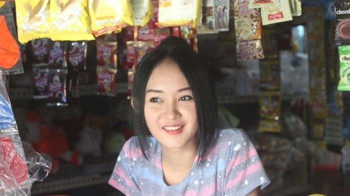 MIRIP ANYA GERALDINE - Sosok Intan Rose (23), gadis penjaga warung asal Cianjur, Jawa Barat, yang wajahnya dianggap mirip selebgram Anya Geraldine, dan kini fotonya viral di jagat maya.