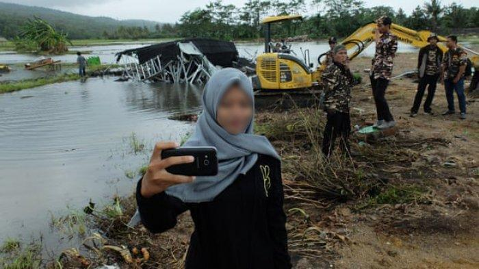 Tingkah Warga Indonesia yang Asyik Foto Selfie di Lokasi Tsunami Banten Jadi Sorotan Media Inggris