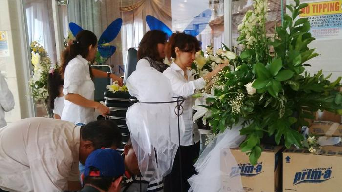 Keluarga Siapkan Mawar Putih untuk Mirna Sebelum Dimakamkan