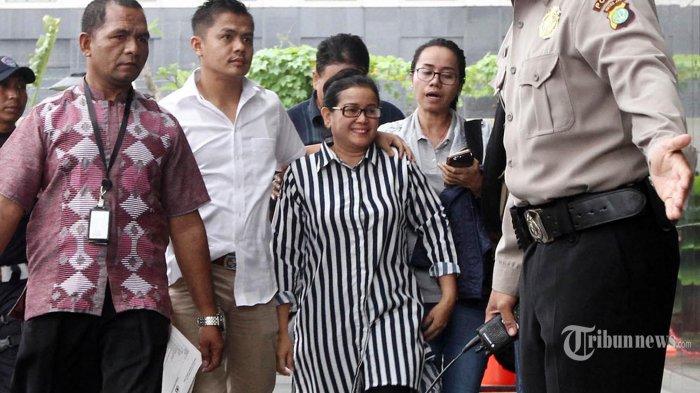 Miryam Bersama Sang Adik Saat Ditangkap Polisi di Kemang