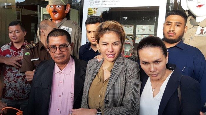 Bintang film dan presenter Nikita Mirzani (33) dibebaskan setelah dirinya dilimpahkan ke Kejaksaam Negeri Jakarta Selatan, Senin (3/2/2020).