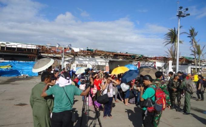 Kru Hercules TNI AU Bawa Bantuan 15.000 Kilogram Makanan ke Filipina
