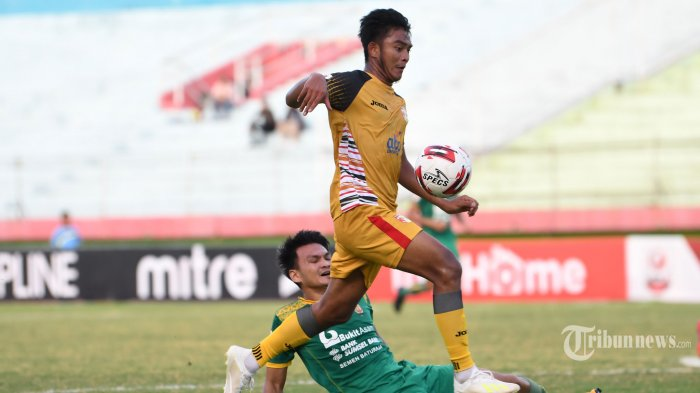 Pesepak bola Mitra Kukar FC, Muhammad Rafly Mursalim (atas) berusaha melewati adangan pesepak bola Sriwijaya FC dalam laga babak delapan besar Liga 2 2019 di Stadion Gelora Delta, Sidoarjo, Jawa Timur, Rabu (13/11/2019) sore. Pertandingan berakhir imbang dengan skor 1-1. Surya/Sugiharto