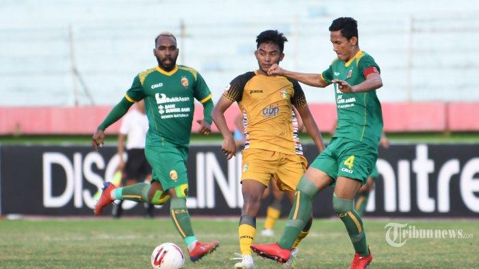 Pesepak bola Mitra Kukar FC, Muhammad Rafly Mursalim (tengah) berebut bola dengan pesepak bola Sriwijaya FC, Ambrizal (kanan) dalam laga babak delapan besar Liga 2 2019 di Stadion Gelora Delta, Sidoarjo, Jawa Timur, Rabu (13/11/2019) sore. Pertandingan berakhir imbang dengan skor 1-1. Surya/Sugiharto