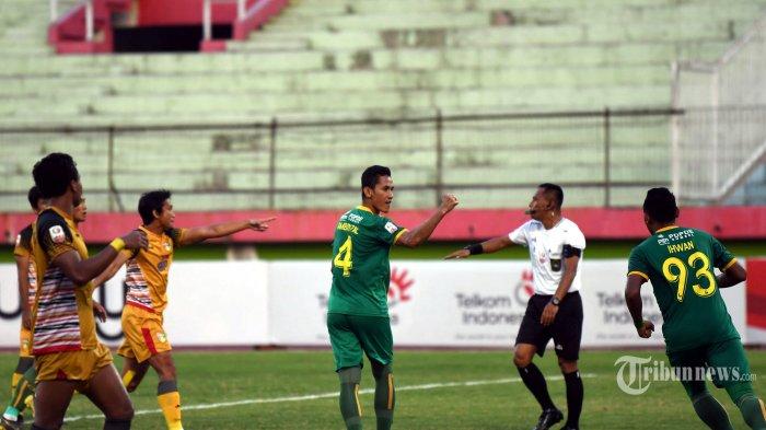 Pesepak bola Sriwijaya FC, Ambrizal (tengah) dan Ahmad Ihwan (kanan) merayakan gol penalti mereka ke gawang Mitra Kukar FC dalam laga babak delapan besar Liga 2 2019 di Stadion Gelora Delta, Sidoarjo, Jawa Timur, Rabu (13/11/2019) sore. Pertandingan berakhir imbang dengan skor 1-1. Surya/Sugiharto