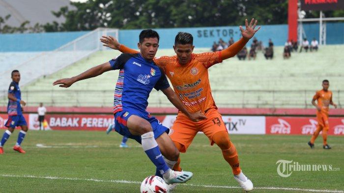 Pesepak bola Persiraja Banda Aceh, Andika Kurniawan (kanan) mengadang serangan pemain Mitra Kukar dalam laga delapan besar Liga 2 2019 di Stadion Gelora Sidoarjo, Jawa Timur, Sabtu (9/11/2019). Mitra Kukar harus menelan kekalahan 0-2 dari Persiraja Banda Aceh. Surya/Sugiharto