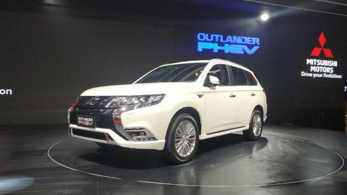 Mitsubishi Outlander PHEV saat dipamerkan di booth Mitsubishi Motors di GIIAS 2019, Sabtu (20/7/2019).