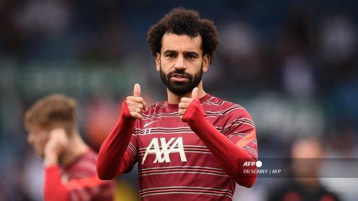 Gelandang Liverpool Mesir Mohamed Salah memberi isyarat saat ia melakukan pemanasan menjelang pertandingan sepak bola Liga Premier Inggris antara Leeds United dan Liverpool di Elland Road di Leeds, Inggris utara pada 12 September 2021.