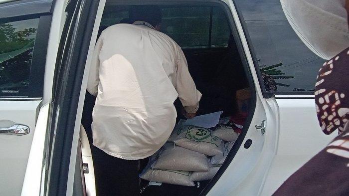 Gibran Copot Jok Belakang Mobil Dinas Wali Kota, Sengaja Diisi Karung Beras untuk Dibagikan