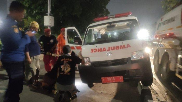 Ambulans Pengangkut Jenazah Tersangkut di Trotoar Pulogadung, Gulkarmat Bantu Evakuasi