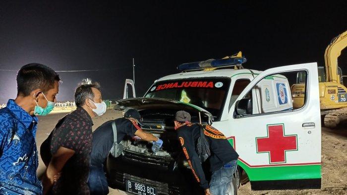 Mobil ambulans yang dibawa oleh Joko, mogok setelah mengantarkan jenazah yang terpapar Covid-19 dan melakukan isolasi mandiri (isoman). Sabtu (17/7/2021) malam. Tribunnews/Ferryal Immanuel