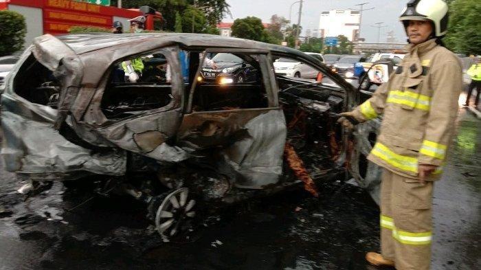 Kecelakaan di Tol Grogol, Sebuah Mobil Terbakar Bersama Pengemudinya