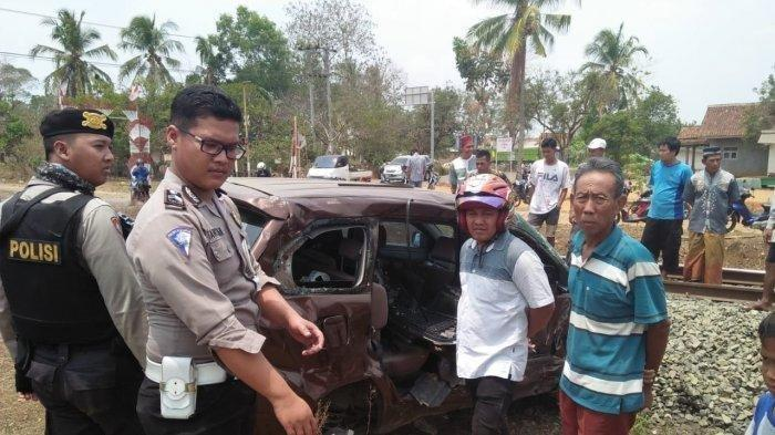 Mobil Dihantam KA Babaranjang di Kotabumi, Seorang Kritis, Dua Lainnya Tak Sadarkan Diri