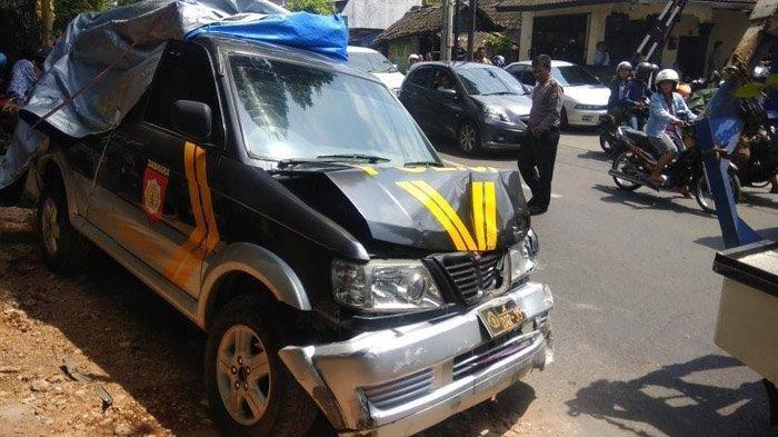 Mobil dinas milik Polresta Malang Kota menabrak pemotor di Jalan Ki Ageng Gribig, Kota Malang, Selasa (21/1/2020).