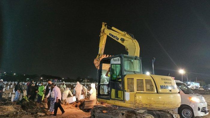 Hingga Malam, Penggali Kubur TPU Rorotan Terlihat Kelelahan, Ambulas Pembawa Jenazah Masih Antre