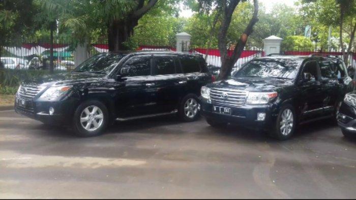 Dua Mobil Gubernur dan Wagub DKI Terparkir di Istana