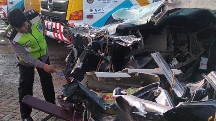 Kondisi mobil yang ditumpangi Pengasuh Ponpes Al Hikam Kota Malang, H Hilman Wajdi. Putra ketiga KH Hasyim Muzadi ini meninggal dalam kecelakaan di Tol Malang - Pandaan (Mapan), Rabu (18/12/2019) pagi.