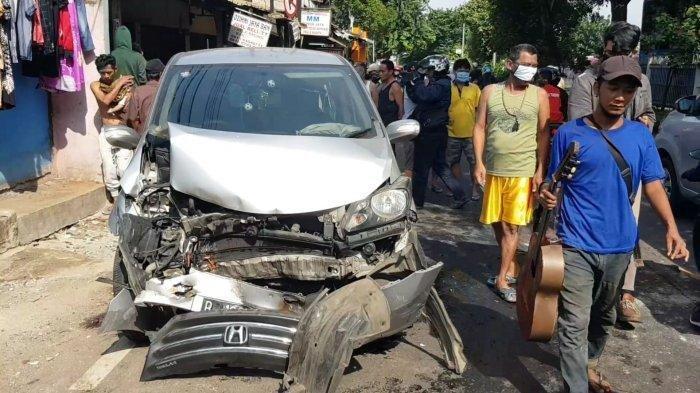 Mobil Honda Freed Tabrak Pengendara Motor di Duren Sawit Hingga Luka Serius
