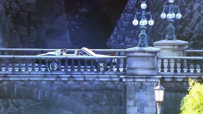 Mobil Kaisar Jepang melewati Jembatan Nijubashi yang menghubungkan kekaisaran dengan daratan masyarakat umum Kota Tokyo.