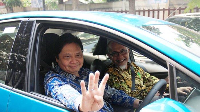 Menteri Perindustrian Airlangga Hartarto bersama Presiden Direktur PT Toyota Motor Manufacturing Indonesia (TMMIN) Warih Andang Tjahjono melakukan test drive pada acara Kickoff Electrified Vehicle Comprehensive Study di Kementerian Perindustrian, Jakarta, 4 Juli 2018.