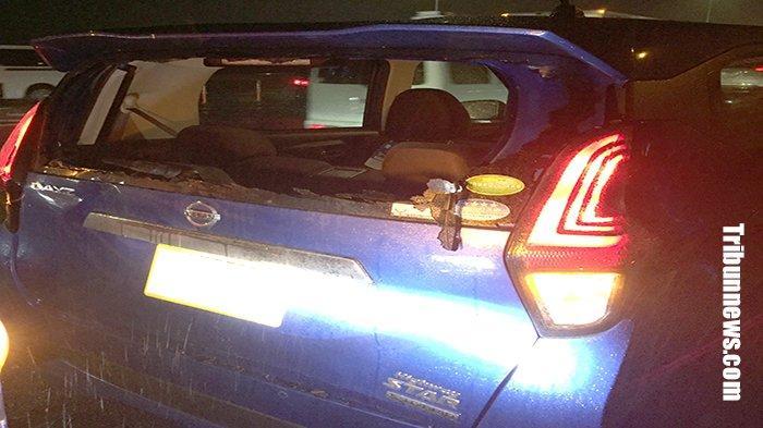 Sebuah mobil Nissan, Sabtu (23/11/2019) hancur kaca belakangnya dan bagian belakang mobil dihajar truk di jalan tol Jepang.