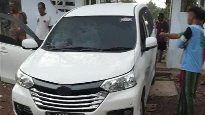 Inilah kondisi mobil daihatsu Xenia warna putih yang ditemukan warga nyasar masuk kuburan di Dusun Sawahan, Desa Dagangan, Kecamatan Dagangan, Kabupaten Madiun, Senin ( 29/7/2019) pagi.