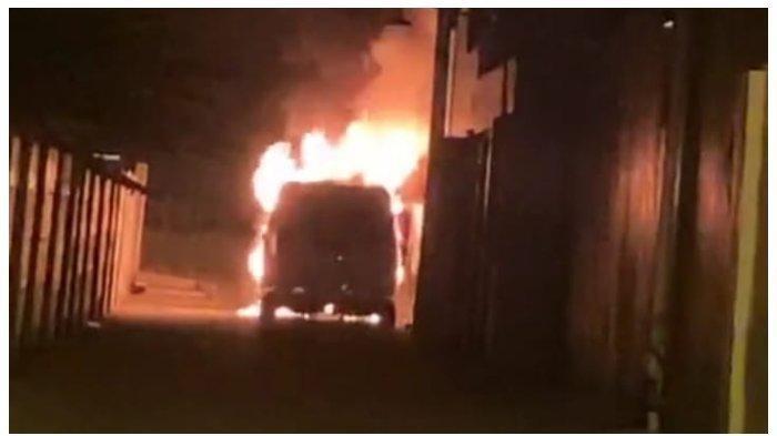 Mobil pedangdut Via Vallen saat terbakar di depan rumahnya, pada Selasa (30/6/2020) dini hari. (Instagram @viavallen)