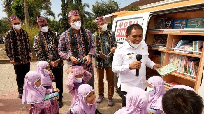 Tularkan Kegemaran Membaca Anak-anak Labuan Bajo Lewat Mobil Pintar