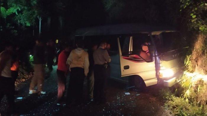 Mobil Elf yang mengangkut rombongan pendaki saat mengalami kecelakaan di Kemuning Ngargoyoso Karanganyar, Minggu (9/8/2020) malam.