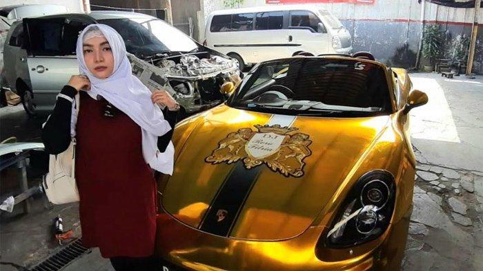 Setelah mendekam didalam penjara hampir dua tahun, model sekaligus pemain film Roro Fitria (30) membawa mobil mewahnya ke bengkel untuk reparasi.