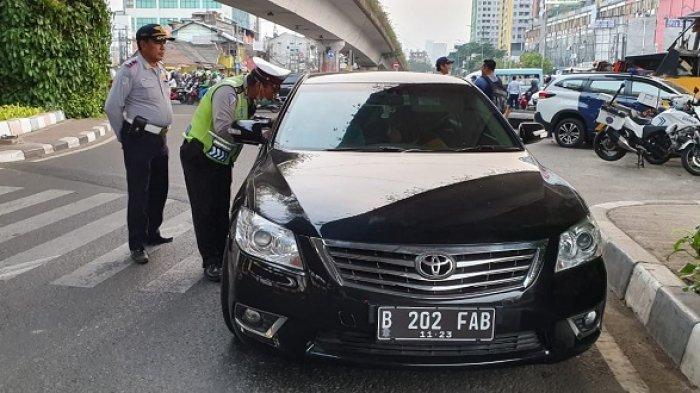 Ditilang Karena Langgar Aturan Ganjil Genap, Mobil Mewah Ini Terpaksa Ditahan Polisi