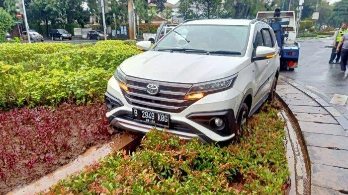 Mobil Toyota Rush Seruduk Taman Suropati, Pengemudi Selamat dari Kecelakaan