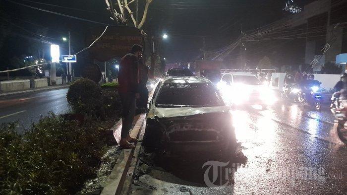 Mobil Toyota Vios Terbakar, Sempat Disemprot 5 Apar tapi Api Tak Padam, 4 Unit Damkar Dikerahkan