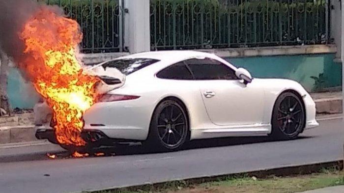 Mobil Mewah Miliaran Rupiah Terbakar di Kelapa Gading, Pemilik Berhasil Selamatkan Diri