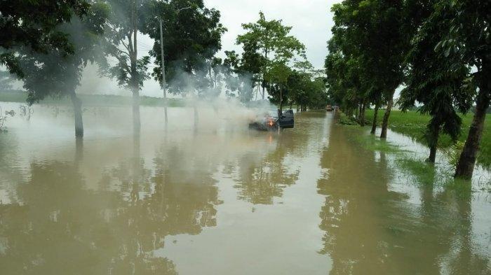 Terjadi di Ruas Majalengka-Indramayu, Mobil Sedan Meledak Lalu Terbakar Saat Terobos Banjir