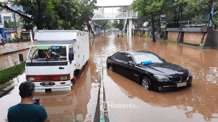 BANJIR JAKARTA - Sejumlah kendaraan terjebak banjir di Jalan Buncit Raya, Pejaten, Jakarta Selatan, Sabtu (20/2/2021). Hujan lebat yang mengguyur Jakarta sejak dini hari, membuat sejumlah jalanan di Ibukota terendam banjir. Salah satunya di Jalan Buncit Raya, akses jalan tersebut lumpuh. Warta Kota/Angga Bhagya Nugraha