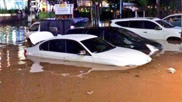 Mobil Terendam Banjir Jakarta