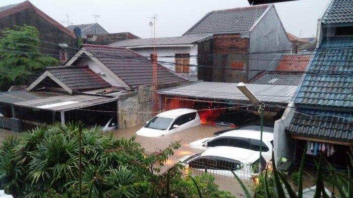Banjir sepinggang orang dewasa di Jl. Lembah Aren VII, RW 09, Pondok Kelapa, Jakarta Timur,Rabu (1/1/2019).(via Twitter TMCPoldaMetro)